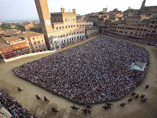 Palio di Siena: due sindaci dei paesi terremotati ospiti di Valentini
